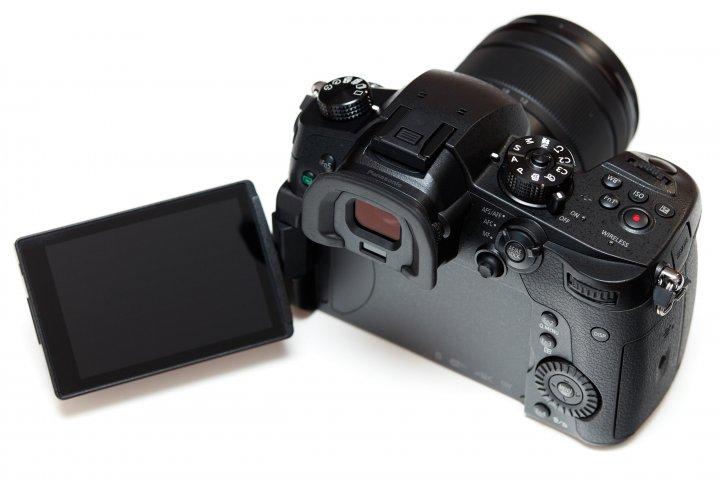 Panasonic Lumix GH5: Die Rückseite wird von einem großen Sucher und Display dominiert