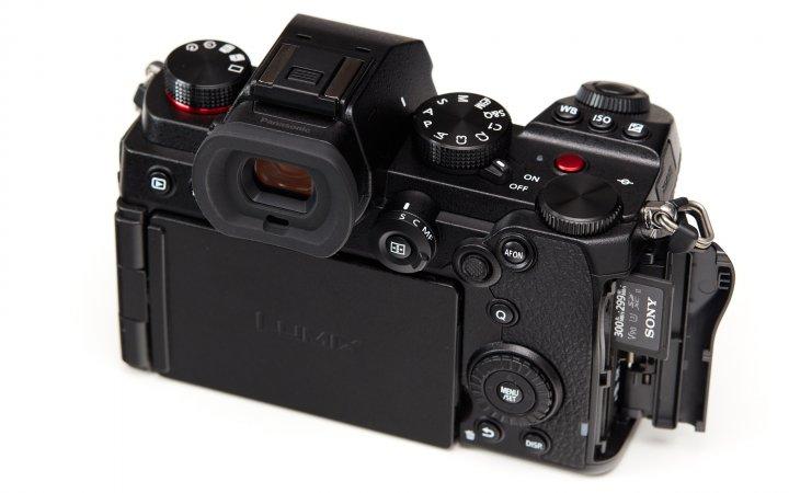 Panasonic Lumix S5: Das Display ist dreh- und schwenkbar und 2 SD-Karten-Fächer finden ihren Platz