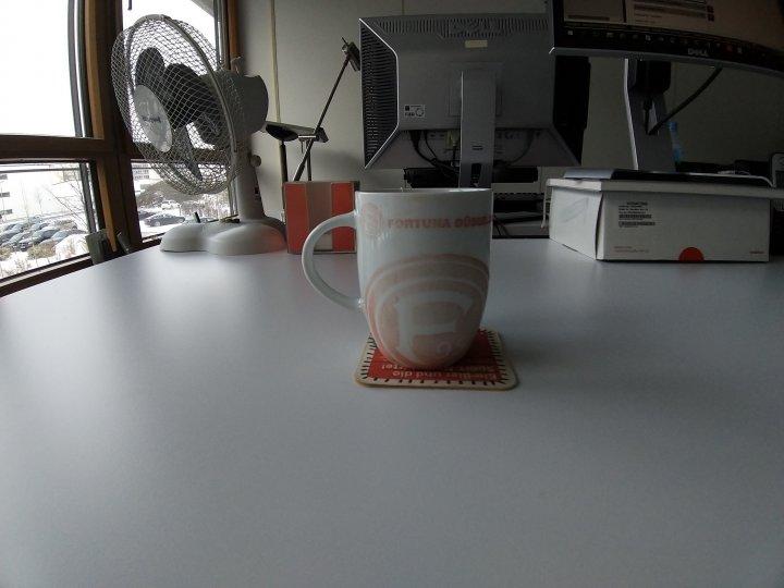 Im automatischen Modus kann man die Fortuna-Tasse im Weitwinkel fotografieren, muss dann aber mit Verzerrungen am Bildrand leben