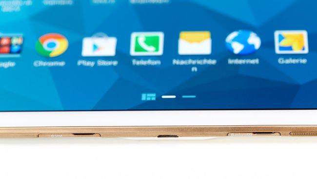 An der rechten Seite befinden sich beim Tab S 10.5 die Slots für SIM- und Speicherkarte sowie der USB-Anschluss