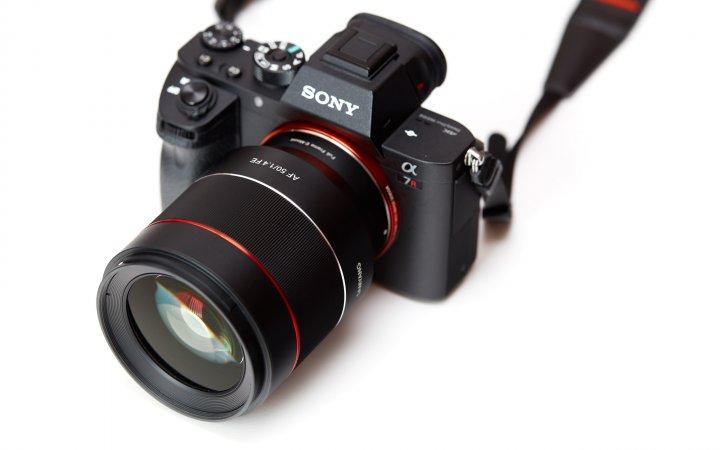 Samyang AF 50 mm f/1.4 FE: Das Design passt sich sehr gut an Sony's Alpha-7-Serie an