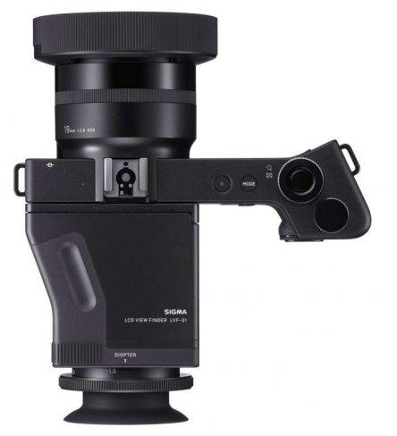 Die neue Sigma dp1 Quattro ist mit dem fest montierten 19-mm-Objektiv auf Weitwinkelfotografie ausgelegt, hier mit aufgesetztem LVF-01 Sucher [Bildmaterial: Sigma]