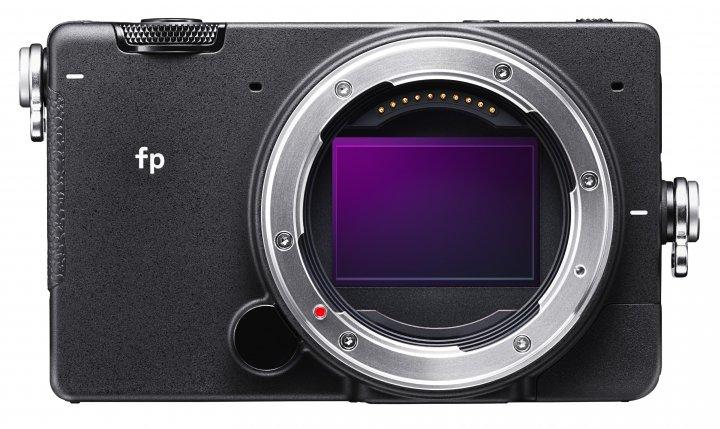 Sigma fp: Ganz ohne Zubehör und Objektiv bringt die Kamera betriebsbereit gerade einmal 422 g auf die Waage [Bildmaterial: Sigma Deutschland]