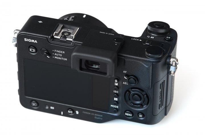Sigma sd Quattro: Auf der Rückseite befindet sich, neben dem Display, ein 2. LCD für die wichtigsten Einstellungen