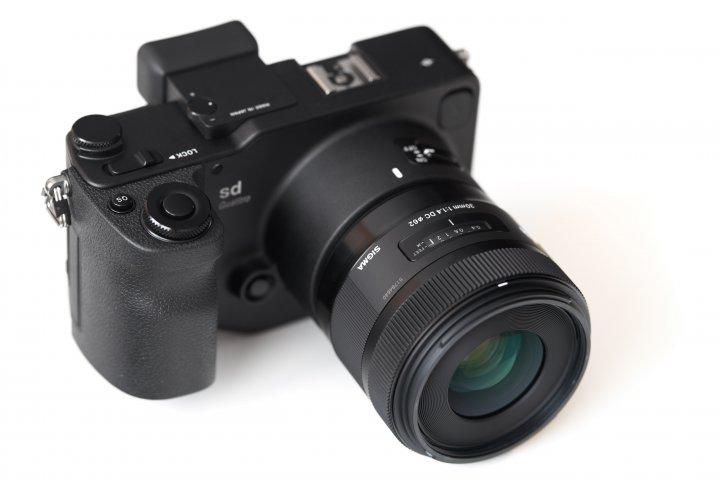Sigma sd Quattro zusammen mit dem Kit-Objektiv Sigma A 30 mm f/1.4 DC HSM