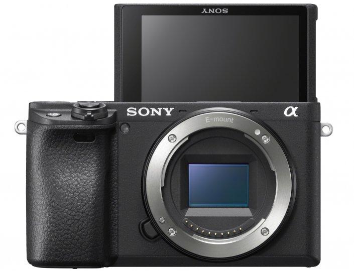 Sony Alpha 6400: Das Display lässt sich nun um 180 Grad nach oben klappen [Bildmaterial: Sony]