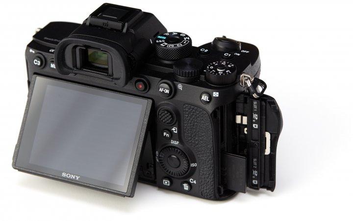 Sony Alpha 7R IV: Beide Speicherkarten-Fächer unterstützen nun die UHS-II-Schnittstelle