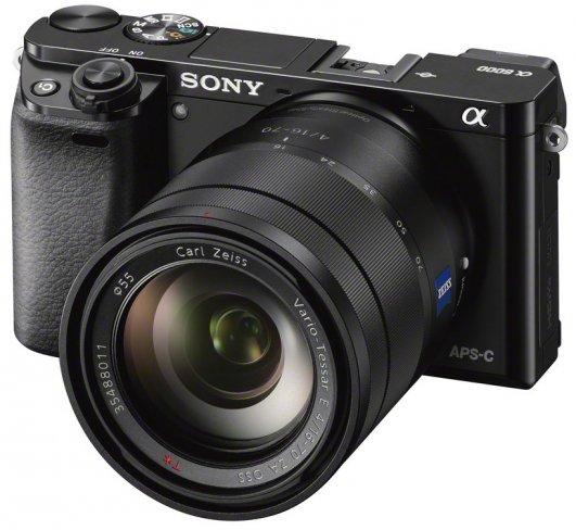 Sony Alpha 6000: Frontansicht mit Zeiss 16-70 mm f4 Objektiv [Bildmaterial: Sony]