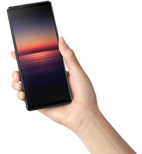 Aufgrund seines relativ schmalen Displays kann man das Sony Xperia 1 II zwar in der Hand halten, aber für die Ein-Hand-Steuerung ist es dann doch zu groß