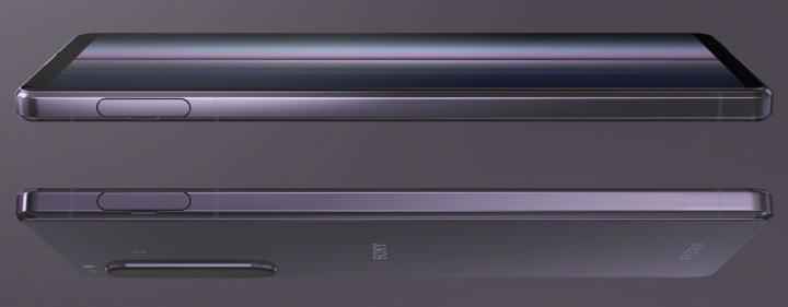 Den Karten-Slot an der linken Gehäuseseite kann man mit dem Fingernagel öffnen. Die Seiten des Sony Xperia 1 II sind so kantig, dass das Smartphone auf eine Tischplatte abgestellt werden kann.