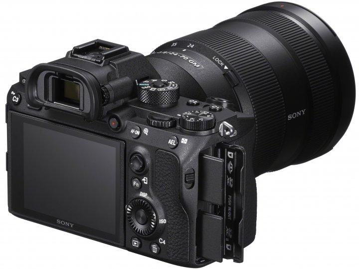 Sony Alpha 7R III: Zur Speicherung stehen nun 2 SD-Karten-Slots zur Verfügung [Bildmaterial: Sony]