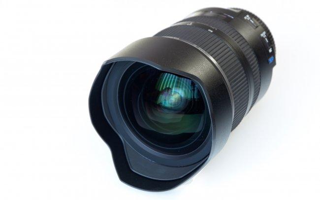 Tamron SP 15-30 mm f/2.8 Di VC USD - Die gebogene Frontlinse macht den Einsatz konventioneller Filter unmöglich.