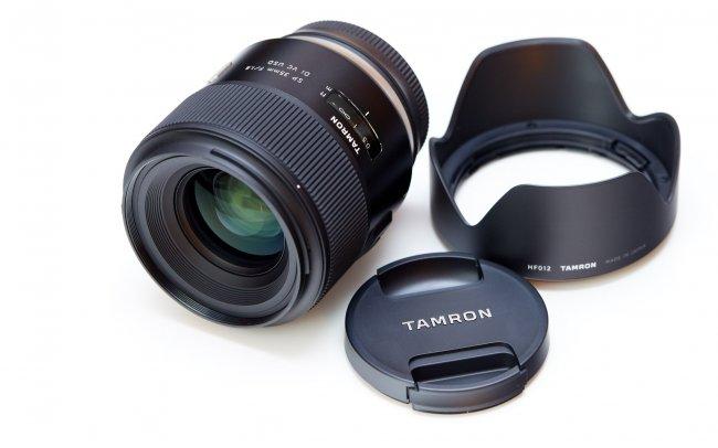 Tamron SP 35 mm f/1.8 Di VC USD - Der Lieferumfang fällt mit einer Streulichtblende überschaubar aus.