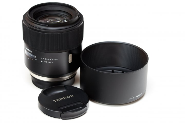 Das Tamron SP 85 mm f/1.8 Di VC USD wird zusammen mit einer Streulichtblende geliefert