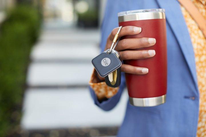 Die Bluetooth-Tracker von Tile kann man auch an seinen Kaffeebecher anhängen, um diesen wiederzufinden