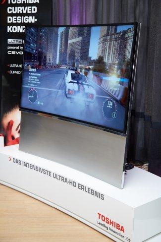 Toshiba zeigt auf einer Präsentation in Hamburg einen UHDTV-Prototyp als Curved-Variante mit 65 Zoll Bildschirmdiagonale
