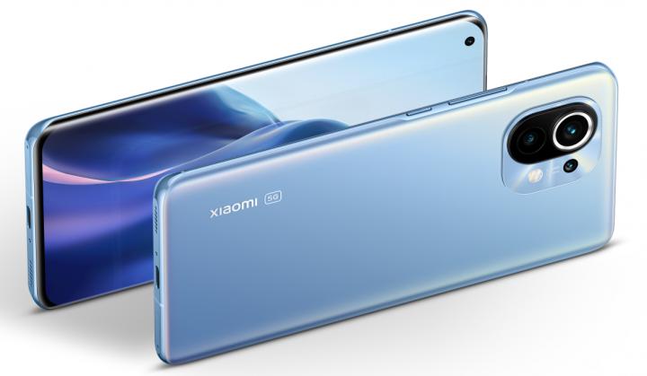 Das Glasgehäuse des Xiaomi Mi 11 wird von einem Metallrahmen zusammengehalten, der an den Kanten abgerundet ist